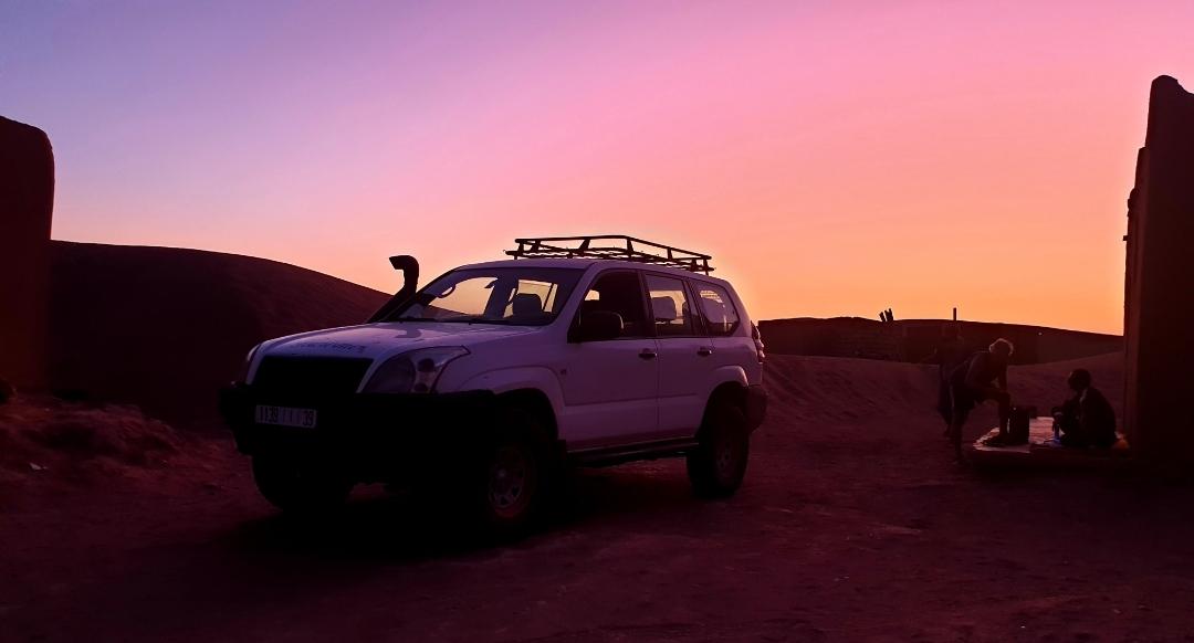 4X4 sous un sunset rose dans le désert