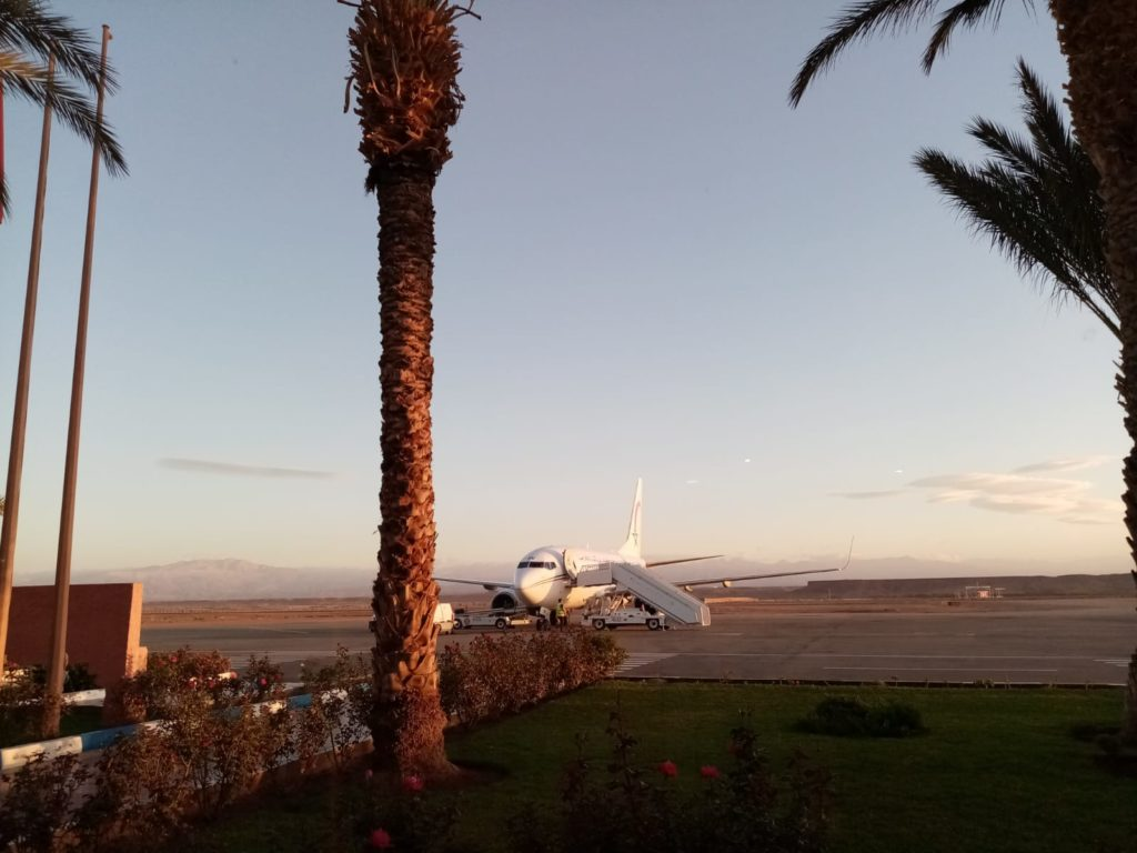 La photo montre un avion qui attend ces passagers, au départ de Ouarzazte
