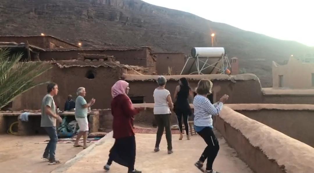 groupe qui danse et frappe dans les mains