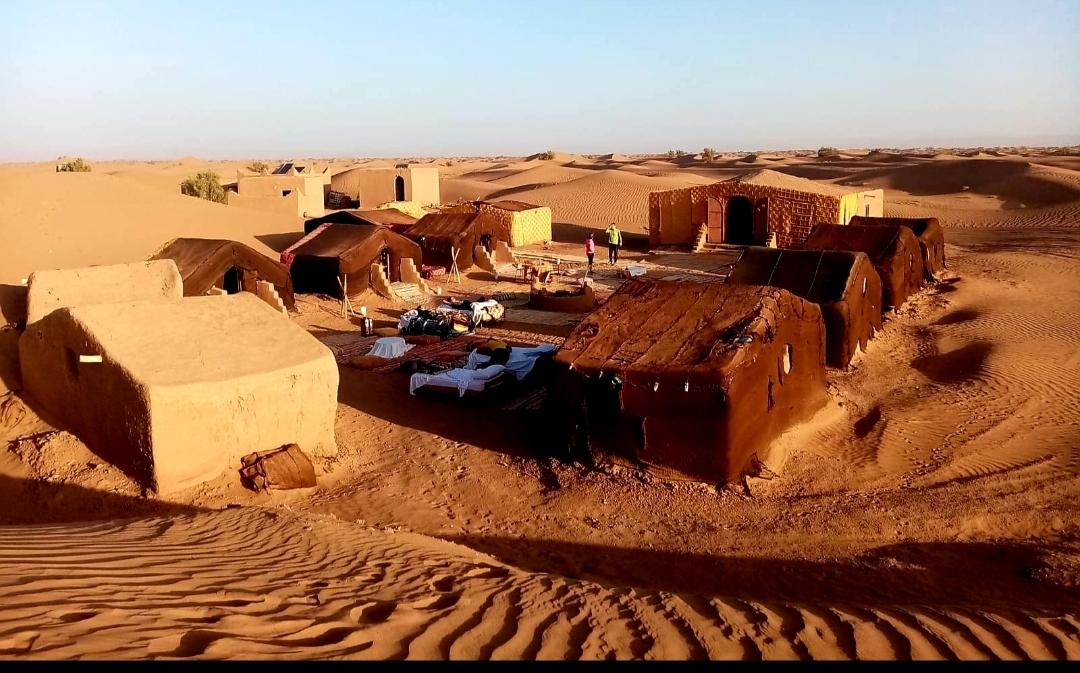 les lits devant nos tentes au Bivouac de M'hamid vu d'en haut
