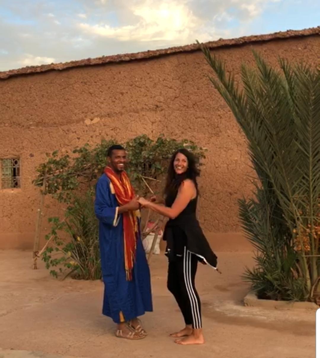 responsable de l'auberge qui apprend la bachata avec l'initiatrice de danses