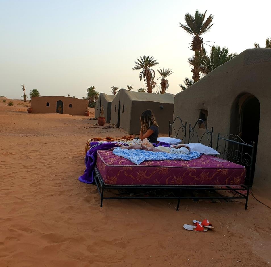 une femme au reveil qui a dormi à la belle étoile dans le desert