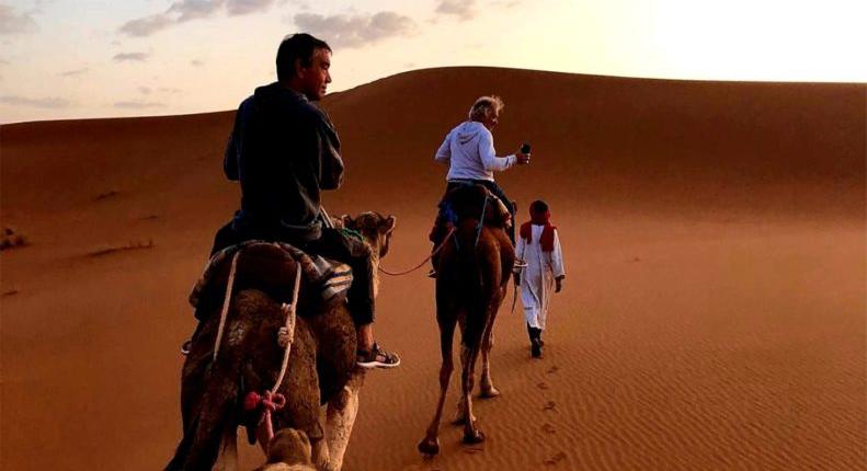 Illustration Sejour Exploration : photo de voyageurs en ballade, en dromadaires dans les dunes