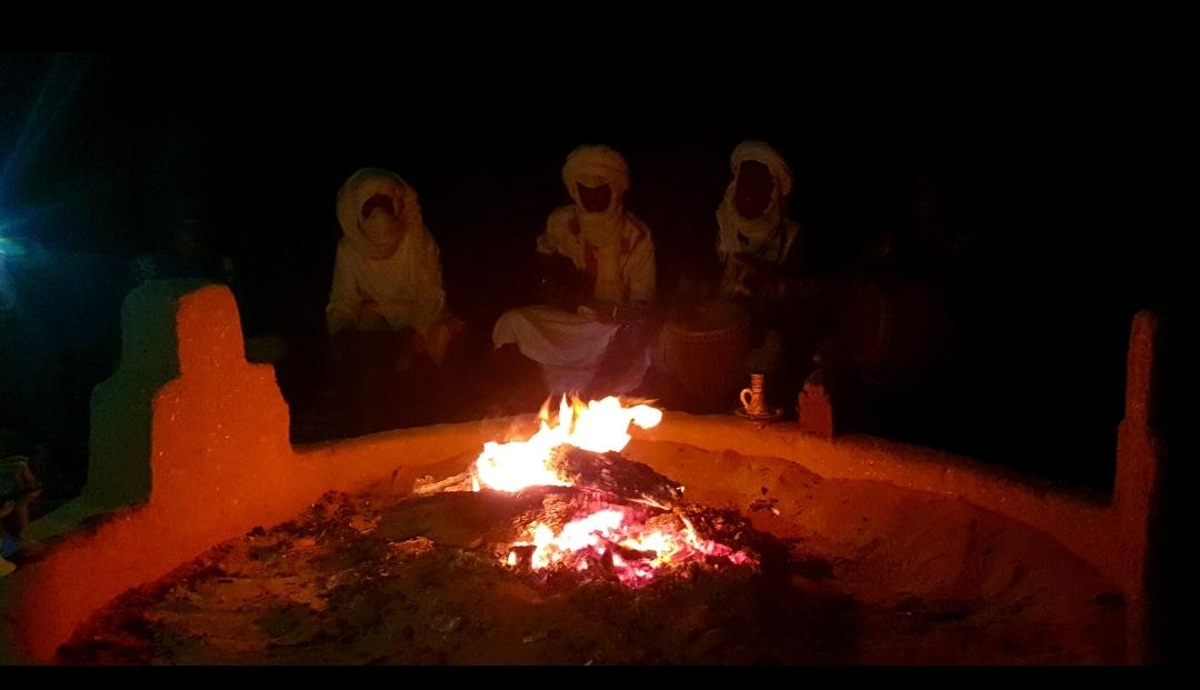 Sahraoui qui jouent la musique traditionnelle au coin du feu