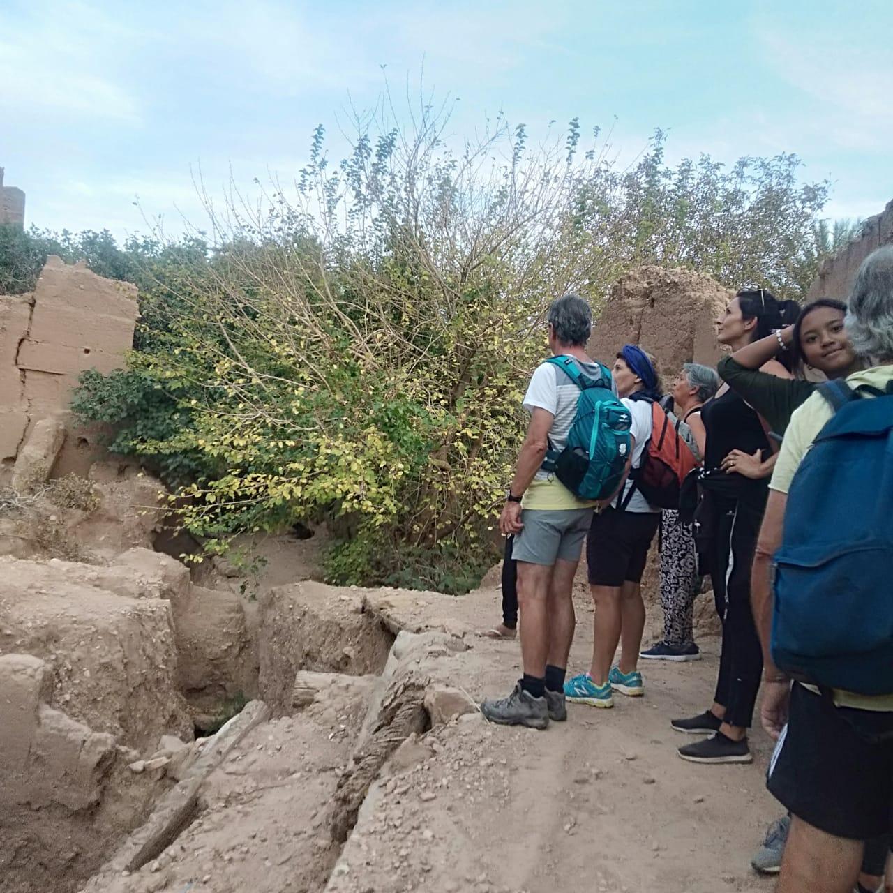 groupe qui regarde un ancien village