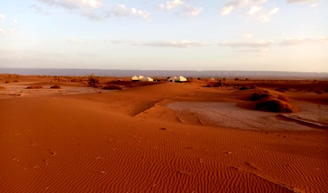 bivouac vu de loin dans les dunes