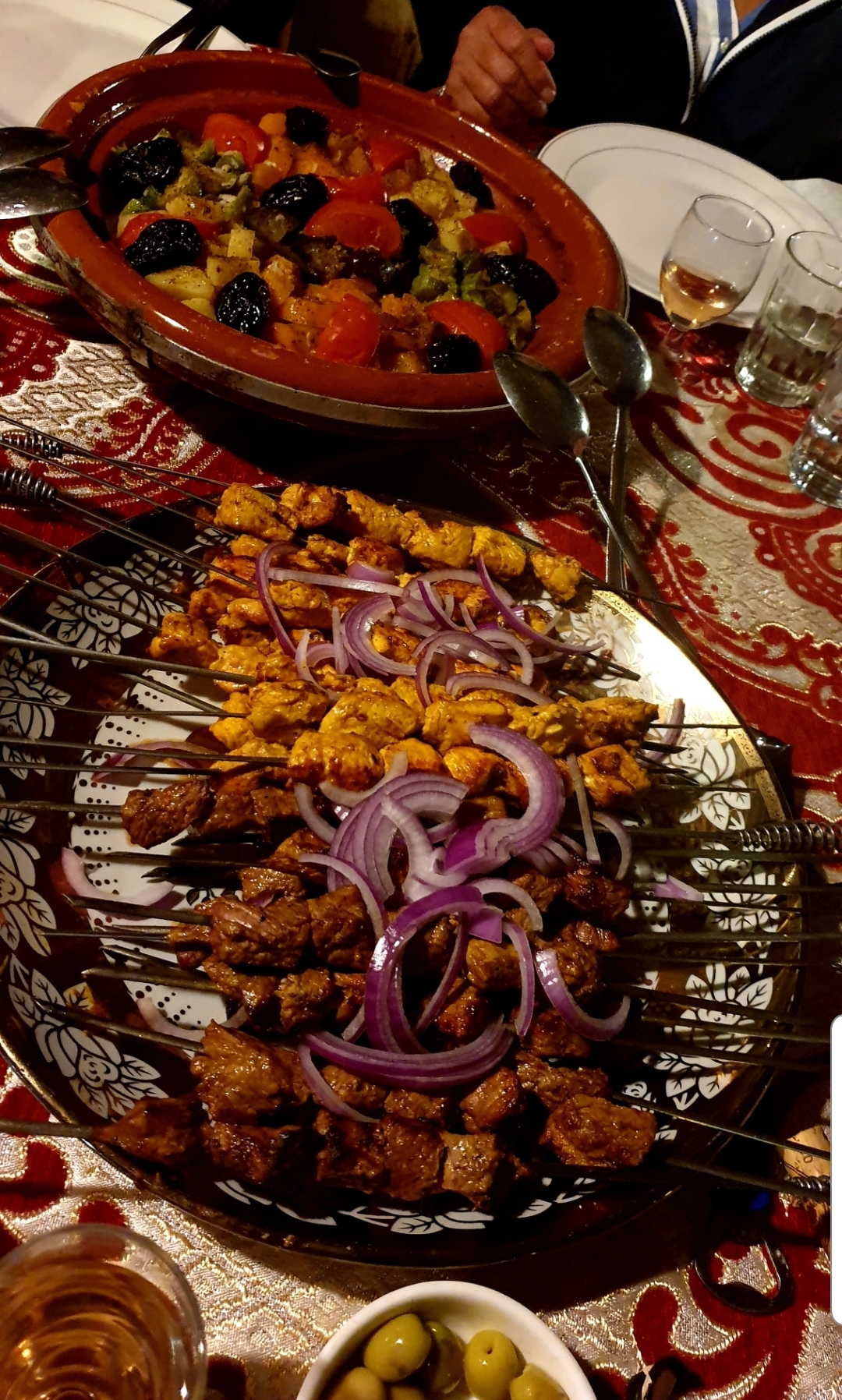 Salade Marocaine, oignons rouges et brochettes