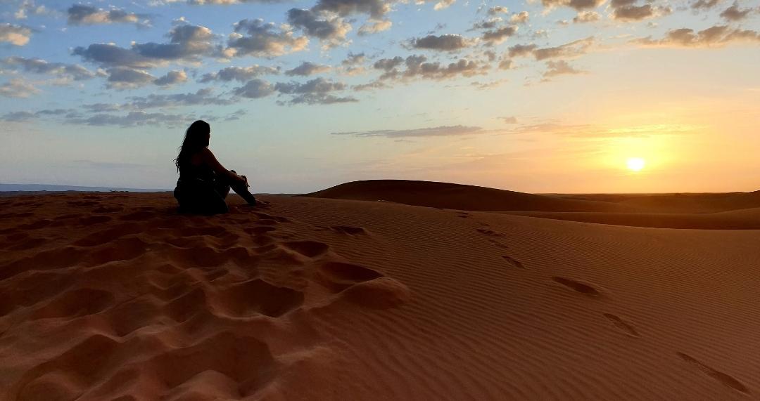 femme qui admire le désert