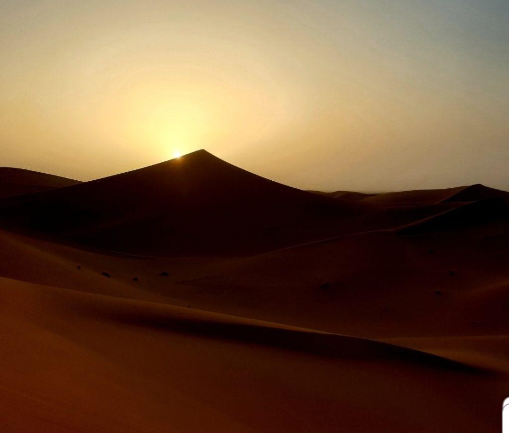 coucher du soleil sur la grande dune dans le desert