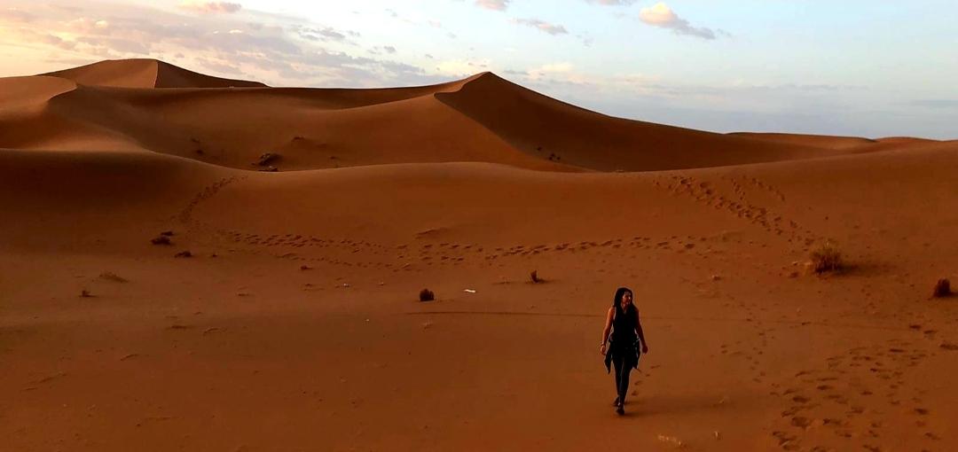 une femme qui marche dans le désert