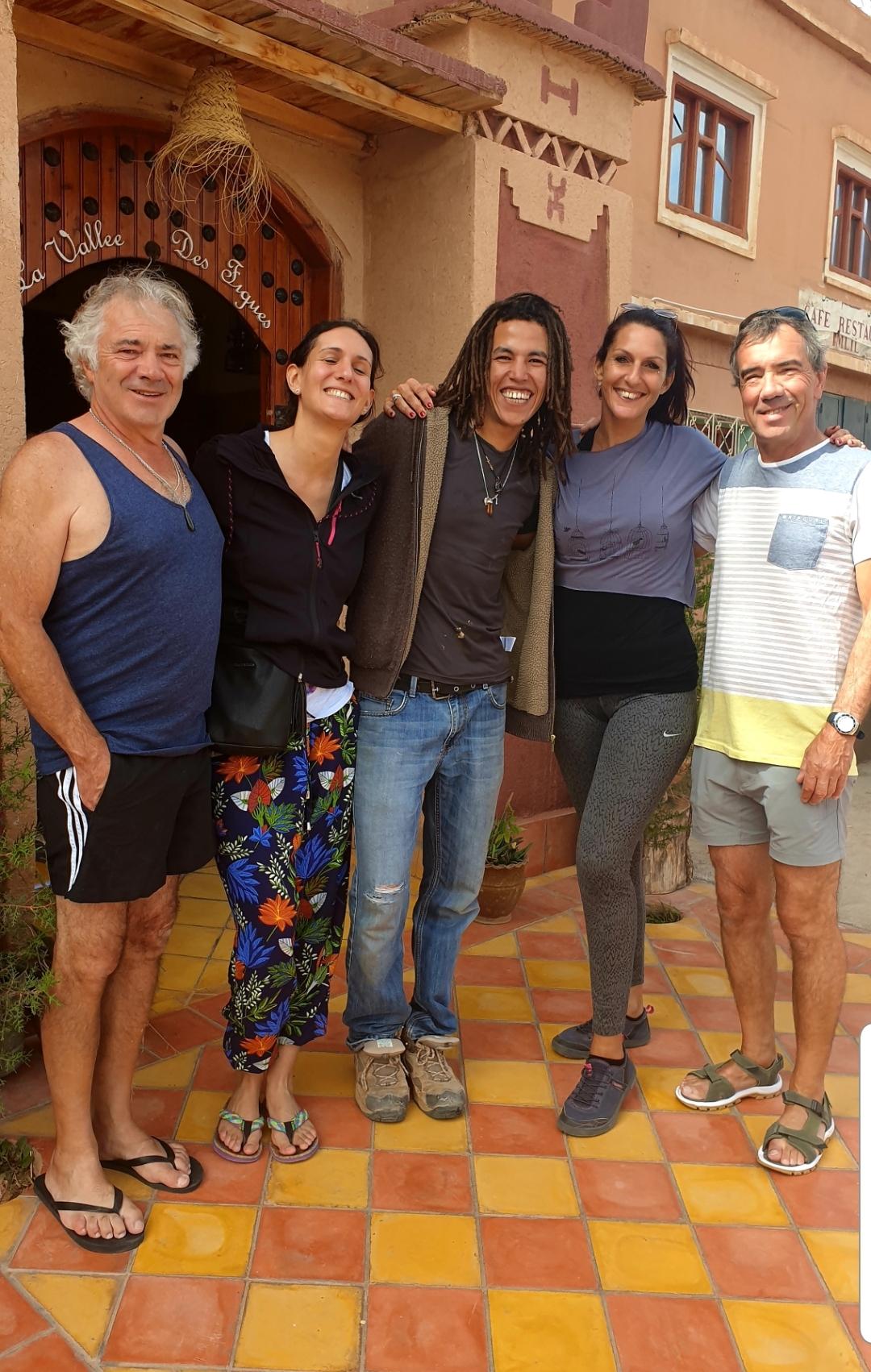photo du groupe avec le responsable de l'auberge la vallée des figues