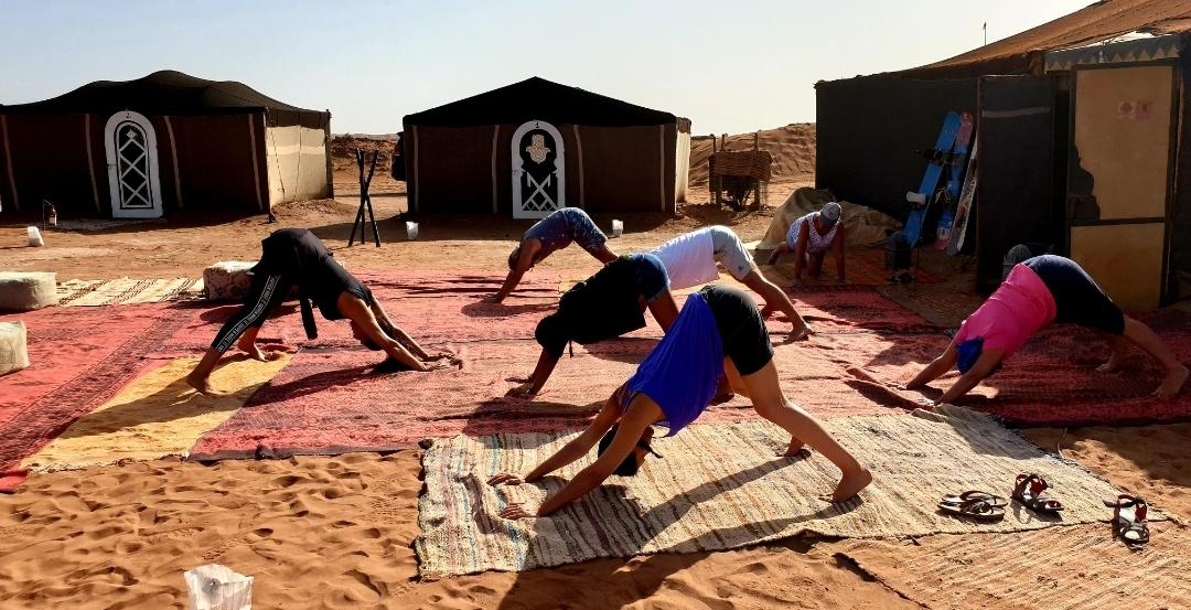 étirements et détente dans le désert