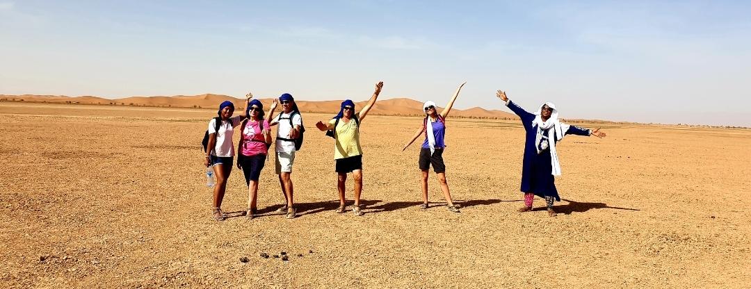 groupe heureux dans le désert