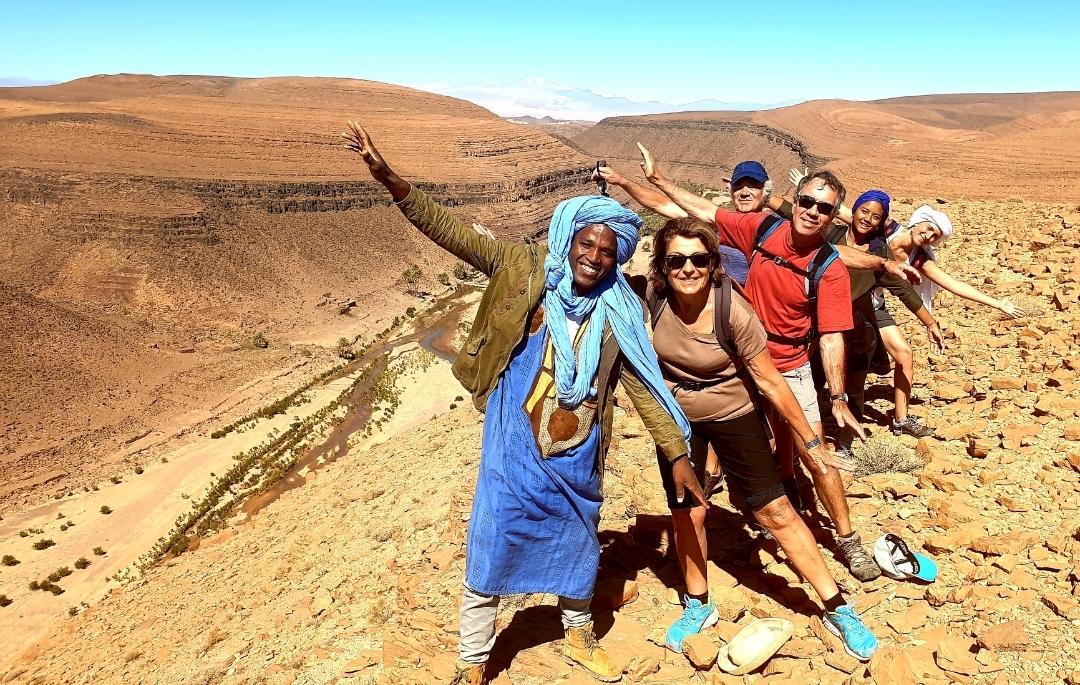 pause photo du groupe les bras levés en pleine randonnée