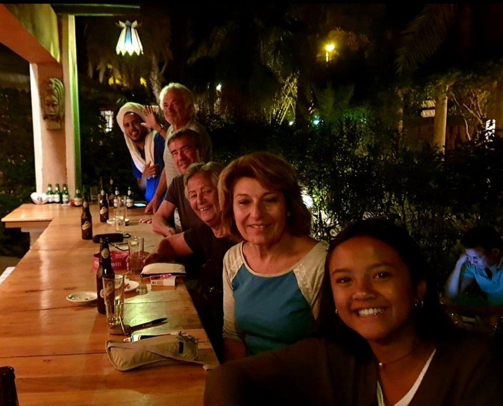 Photo du groupe de voyageurs lors d'une soirée à l'hôtel