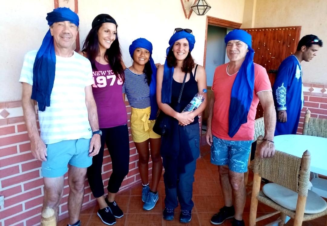 groupe heureux avec le cheich bleu des Touaregs