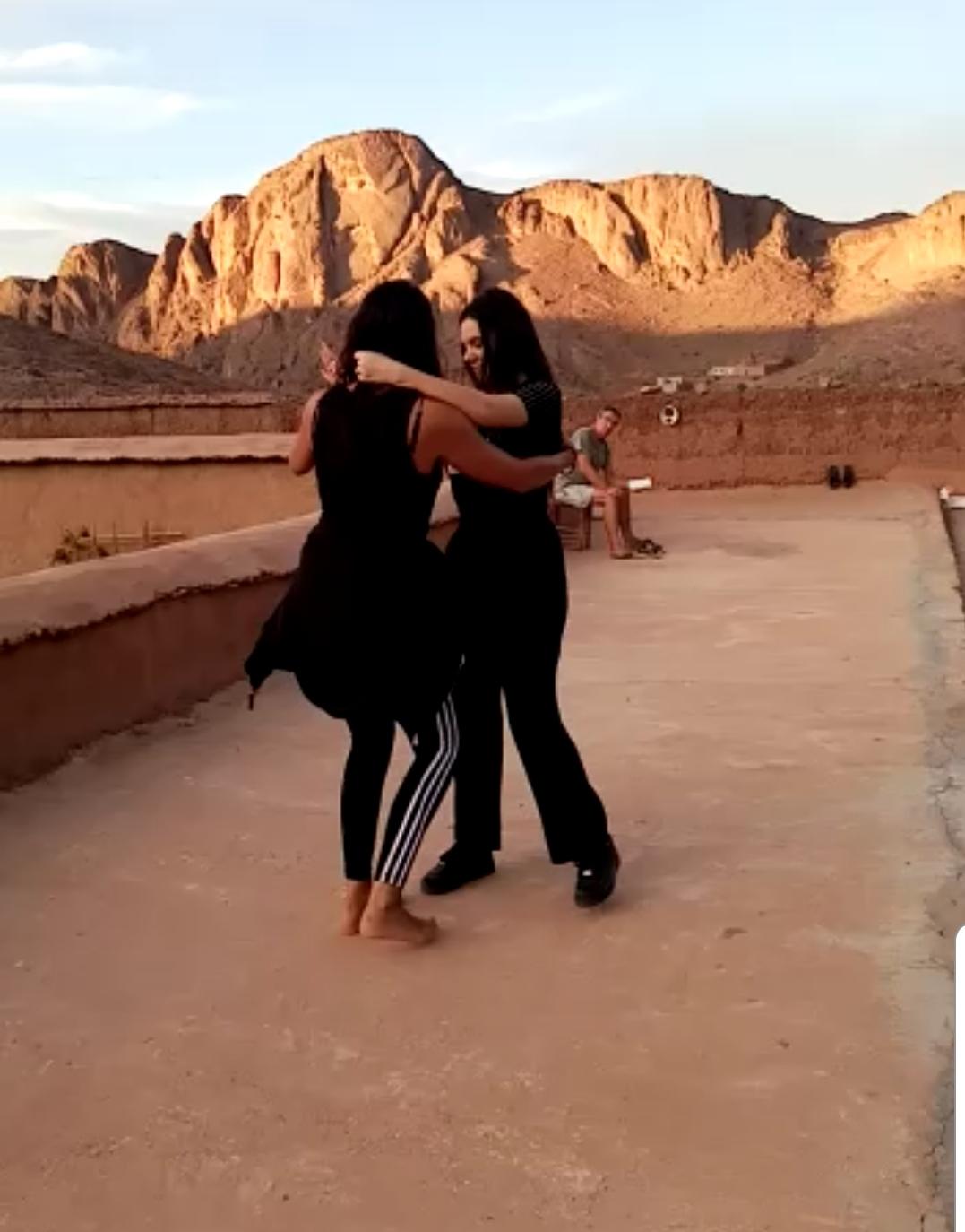 Activité séjour CtrekFusion : photo de deux voyageuses qui improvise une danse, la batchata
