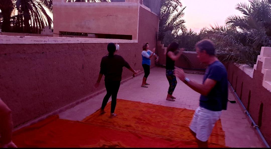 Photo d'un groupe qui danse sur la terrasse d'un l'hôtel à Zagora