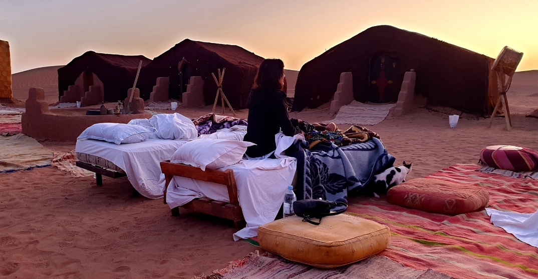 une voyageuse au reveil dans son lit au bivouac de M'hamid