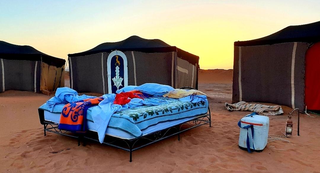 lit devant la tente aprés le reveil dans le desert au bivouac