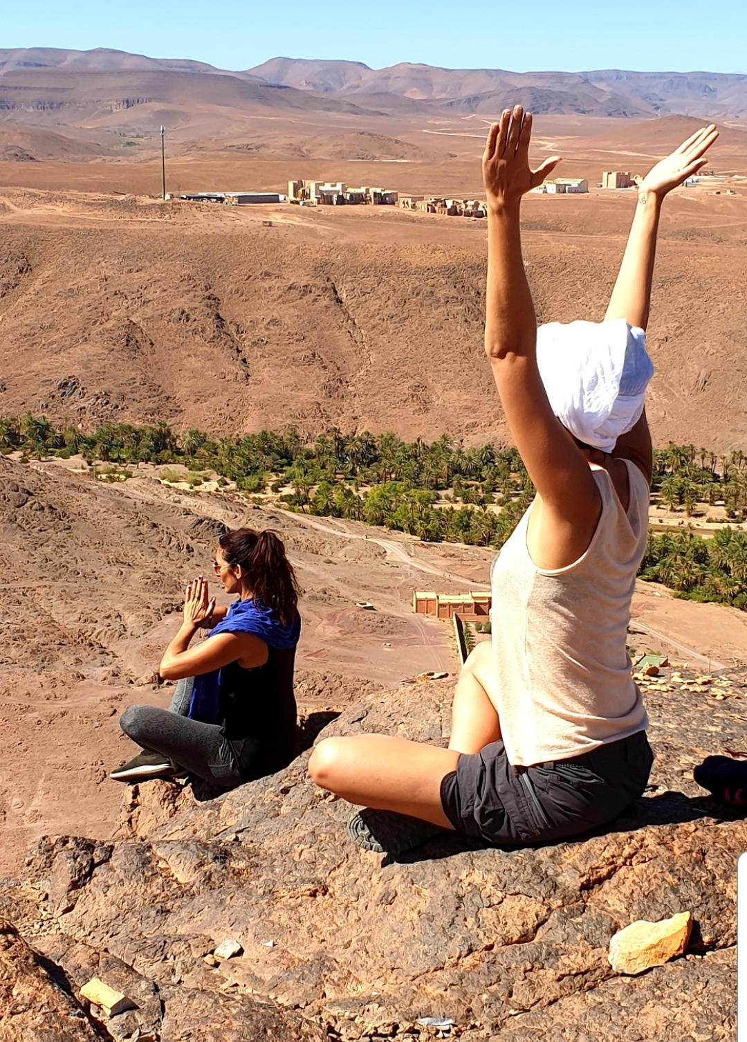 Voyageuses qui méditent sur la montagne de Fint