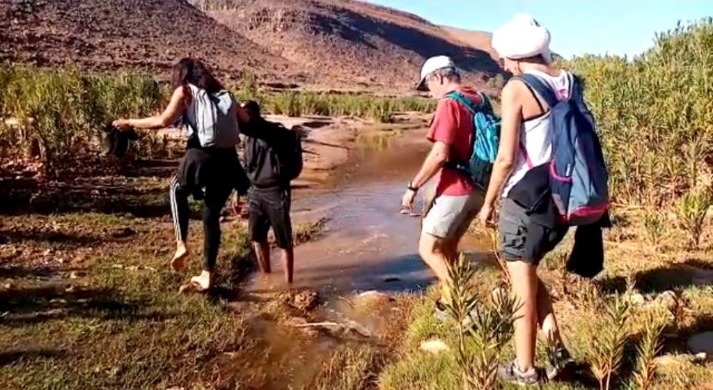 voyageurs qui traverse l'Oued