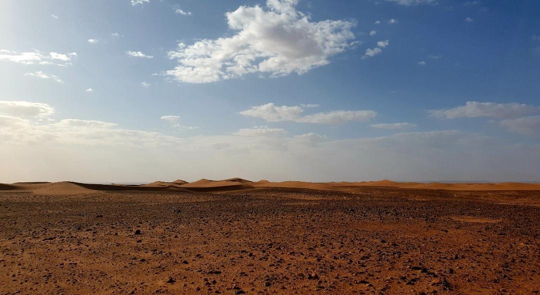 photo du désert en partant vers la civilisation
