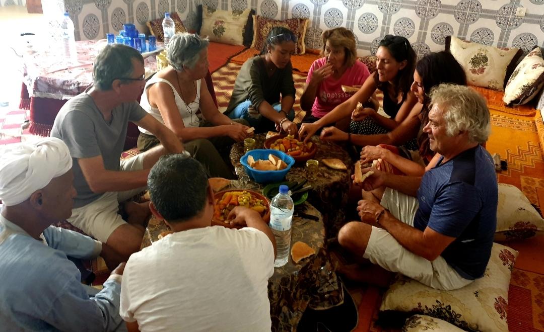 groupe qui mange de façon traditionnelle un bon couscous