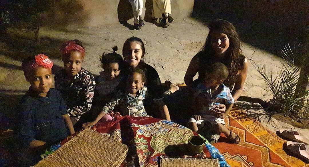 une photo d'enfants Berbères et français accompagné de l'initiatrice de danses dans un bon moment de partage