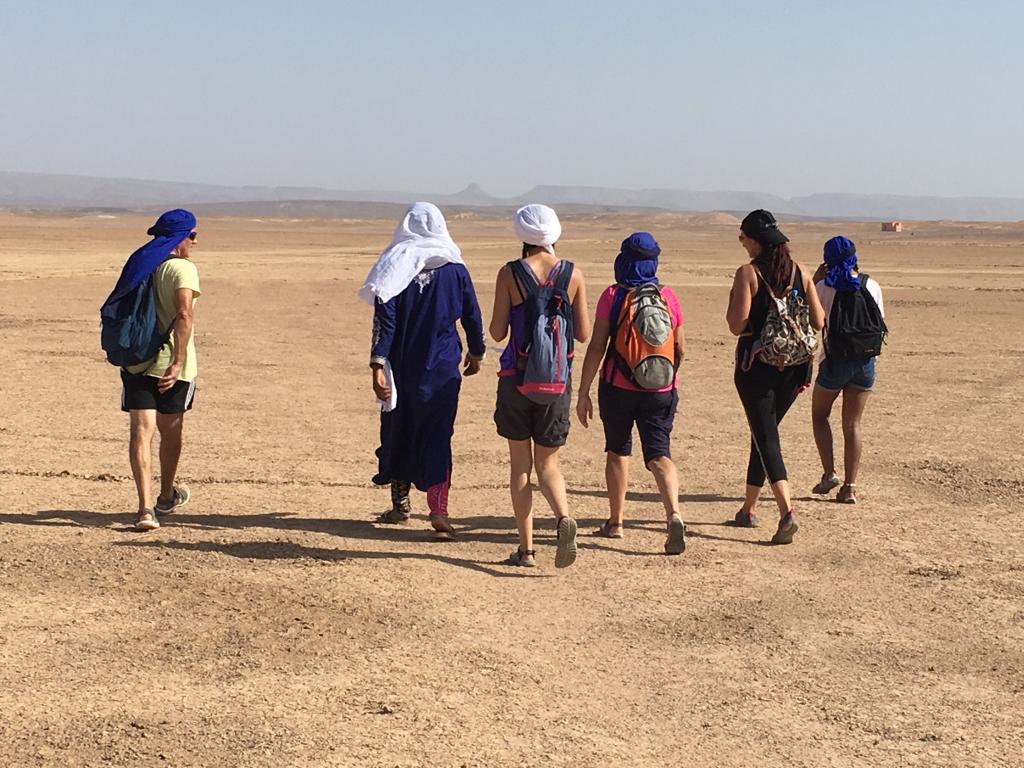 groupe qui marche dans le désert