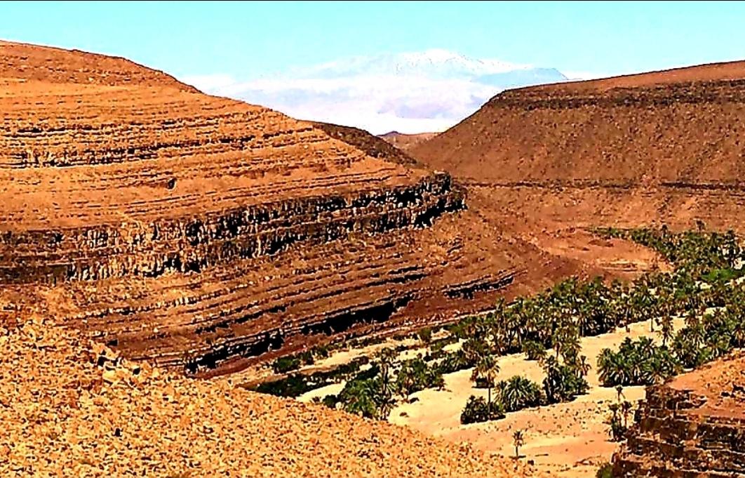 montagne rocheuse , arides à cote de l'Oasis de Fint
