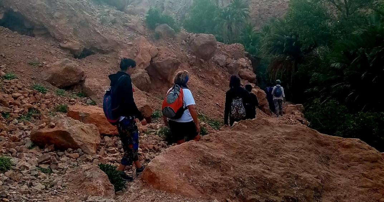 Photo de marcheur lors d'un trek dans les gorges de Toudra, roche rouge là aussi.