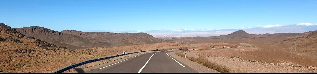 Photo panoramique magnifique. Face à la route, tout autour l'Atlas