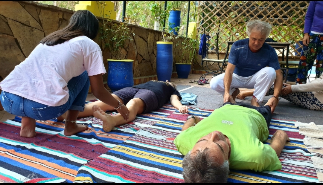 Activité séjour CtrekFusion : photo d'un soin énergétique, en groupe : personnes qui fait circuler l'énergie lors d'une activité bien être