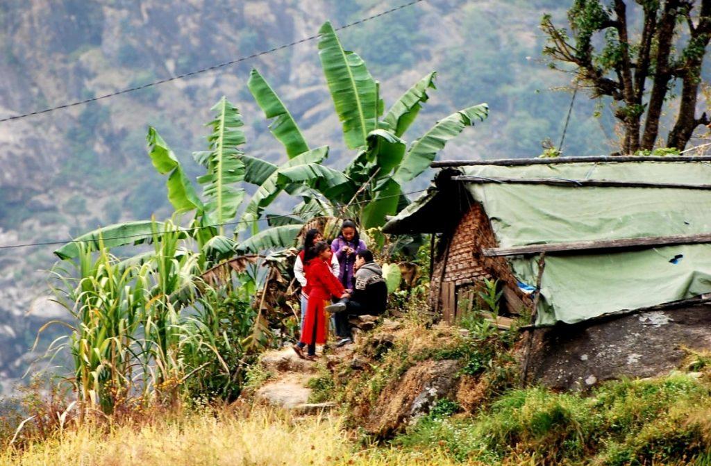 Habitants Népalais qui discute devant leur petite maison