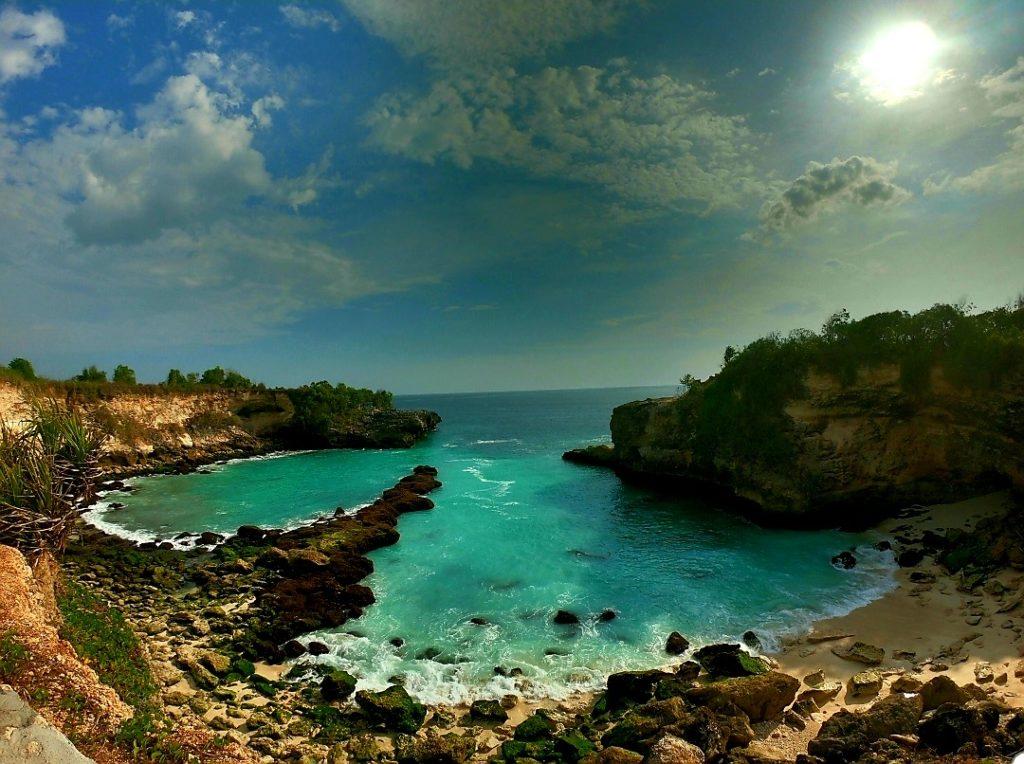 Une crick magnfique avec l'eau turquoise de l'océan