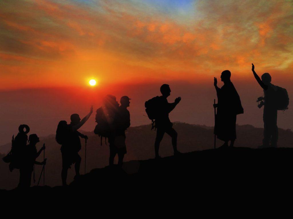 Illustration séjours CtrekFusion au Népal, marcheurs et moine au coucher de soleil