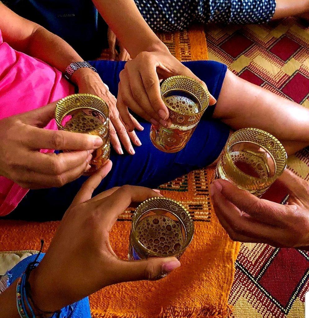 Partage du thé lors du séjour au Maroc