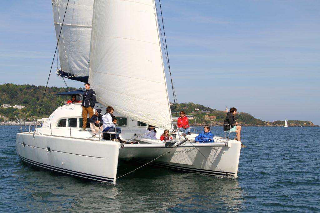 Photo de personnes sur un Catamaran en pleine ballade au large de Socoa