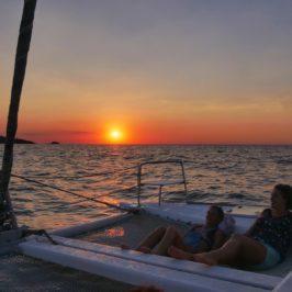 Photo prise sur le pont du catamaran au coucher du soleil