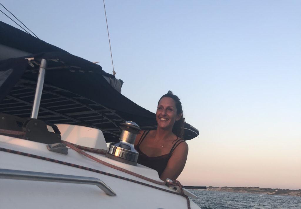 Photo de Célyne, créatrice de CtrekFusion, à bord du catamaran