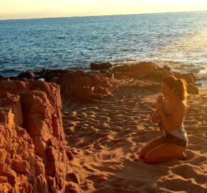 Photo de Célyne CtrekFusion avec les mains unies pour sa méditation, pleine de gratitude